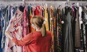 Как избавиться от специфическего запаха вещей, купленных в секонд-хенде: советы читательниц Woman.ru