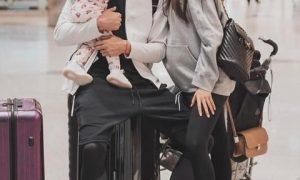 Беременная Анастасия Тарасова позирует с дочерью в одинаковых купальниках