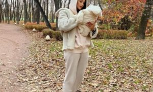 Анастасия Решетова впервые после родов надела микро-мини
