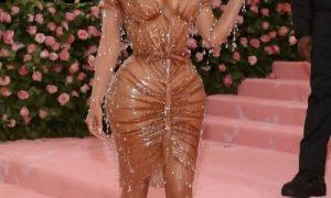 Тейпы, наклейки, честное слово: на чем держатся экстремально сексуальные наряды Лободы и других звезд