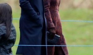 Кейт Миддлтон в стильном пальто и шляпе-федоре присоединилась к королеве Елизавете II на первой церковной службе в 2020-м
