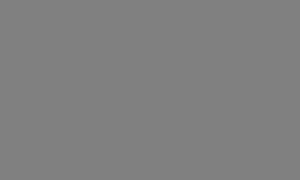 Анджелина Джоли куталась в пальто на прогулке, пока ее дети шли в футболках